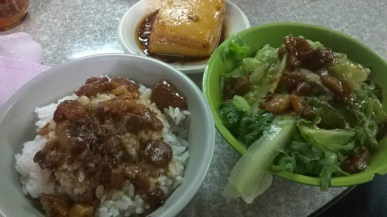 滷肉飯と豆腐、青菜