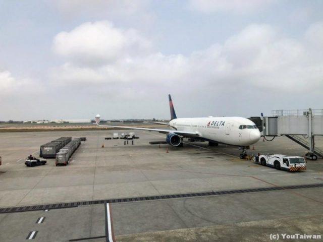 桃園空港にてデルタのB767