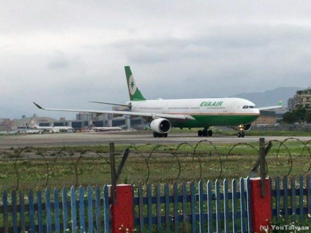 台北松山空港飛行機通りから望むEVA A330