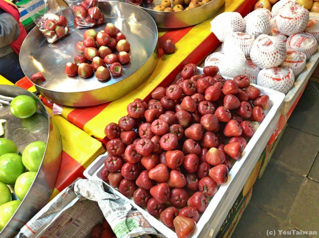 台東の菜市場に並ぶ蓮霧。富士山の様な形が特徴的な果物です。冬が旬。