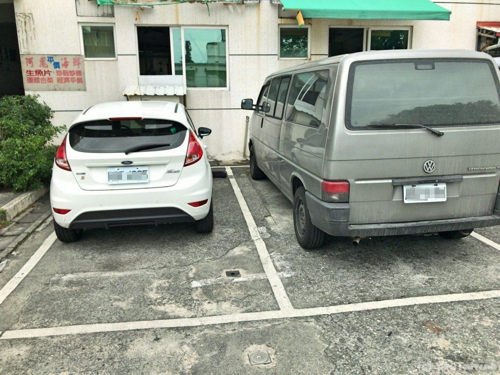 市場の駐車場に車を止めました