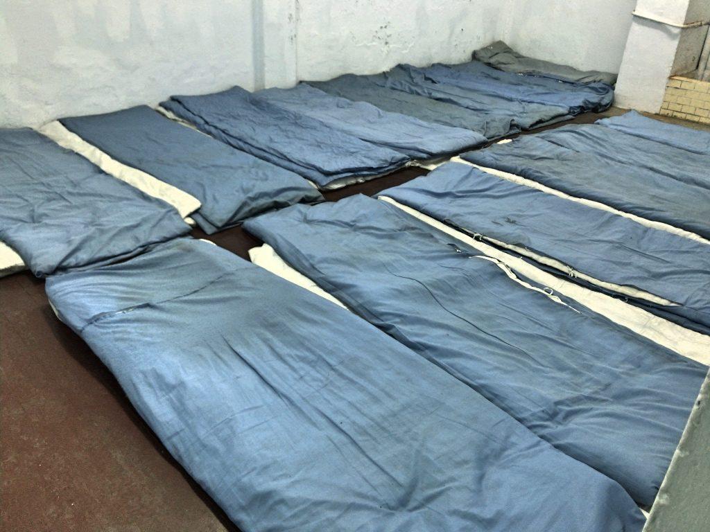 狭い部屋に十四人が雑魚寝