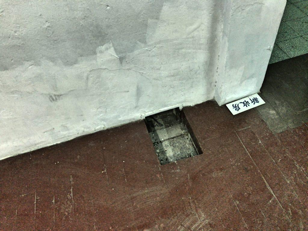 床小さな穴が空いていて、ここから食事を差し入れる
