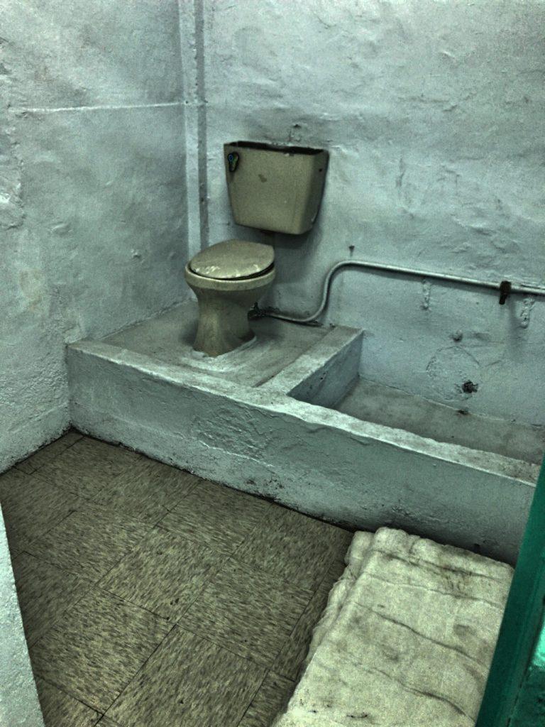 トイレは囲いがなく質素