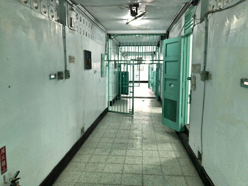 監獄内の様子。檻が多い