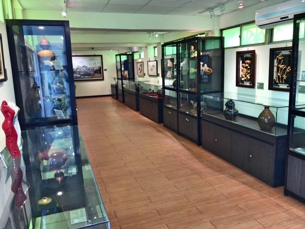 矯正藝文展示館展示室。数々の工芸品が飾られている