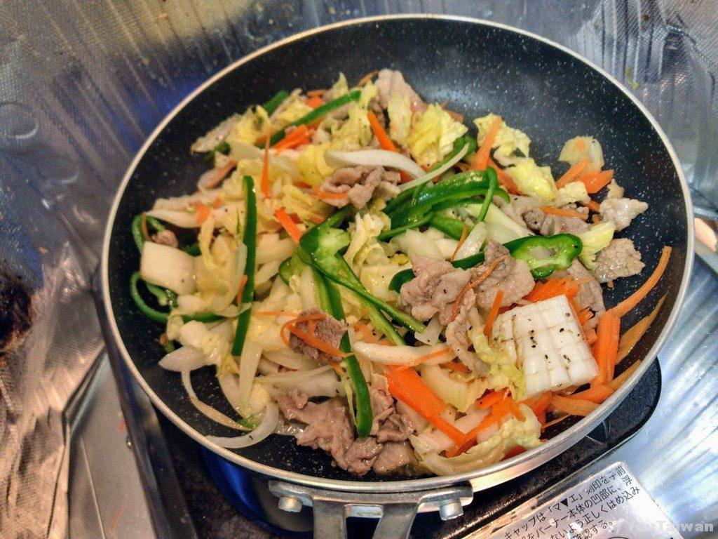 野菜と肉を炒めて胡椒をふります