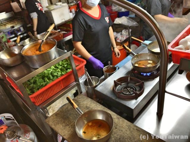 鍋でスープを温め麺と具を投入