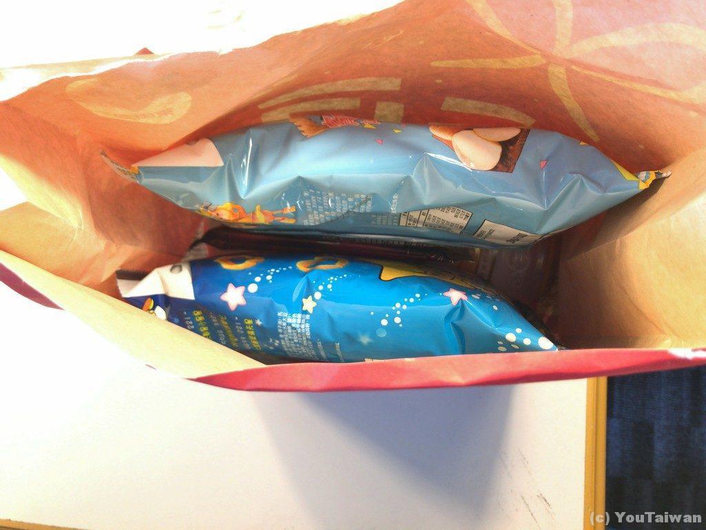 福袋を開封!スナック菓子らしきものが見えます。