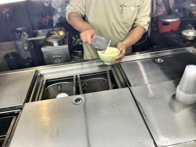 手際よく豆腐を盛ってゆく老闆