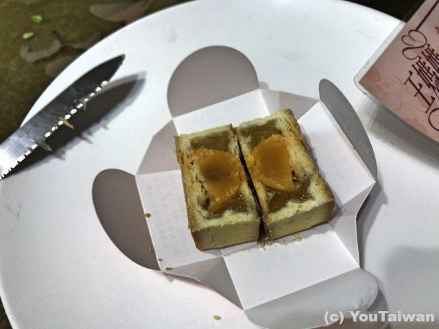 黄身入りのパイナップルケーキ