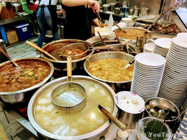 大鍋に各種料理が準備されてます