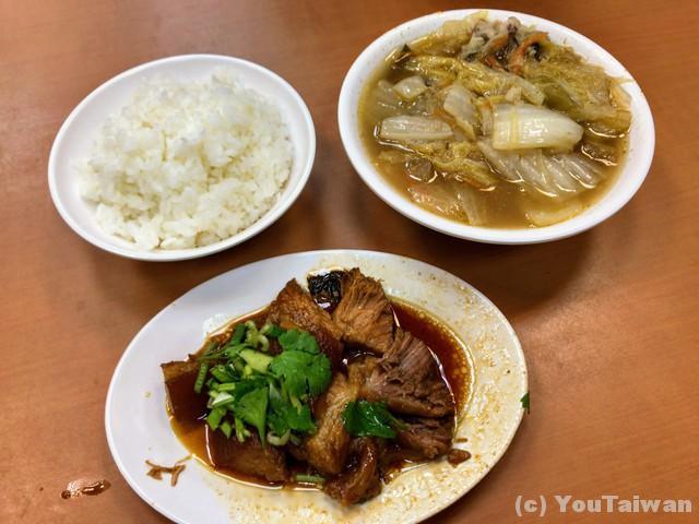 ご飯、白菜スープ、豚足煮込み