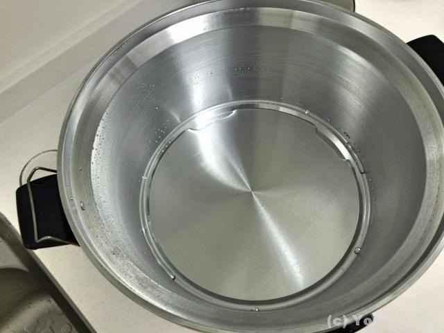 コップ一杯で底一面に広がるくらいの水